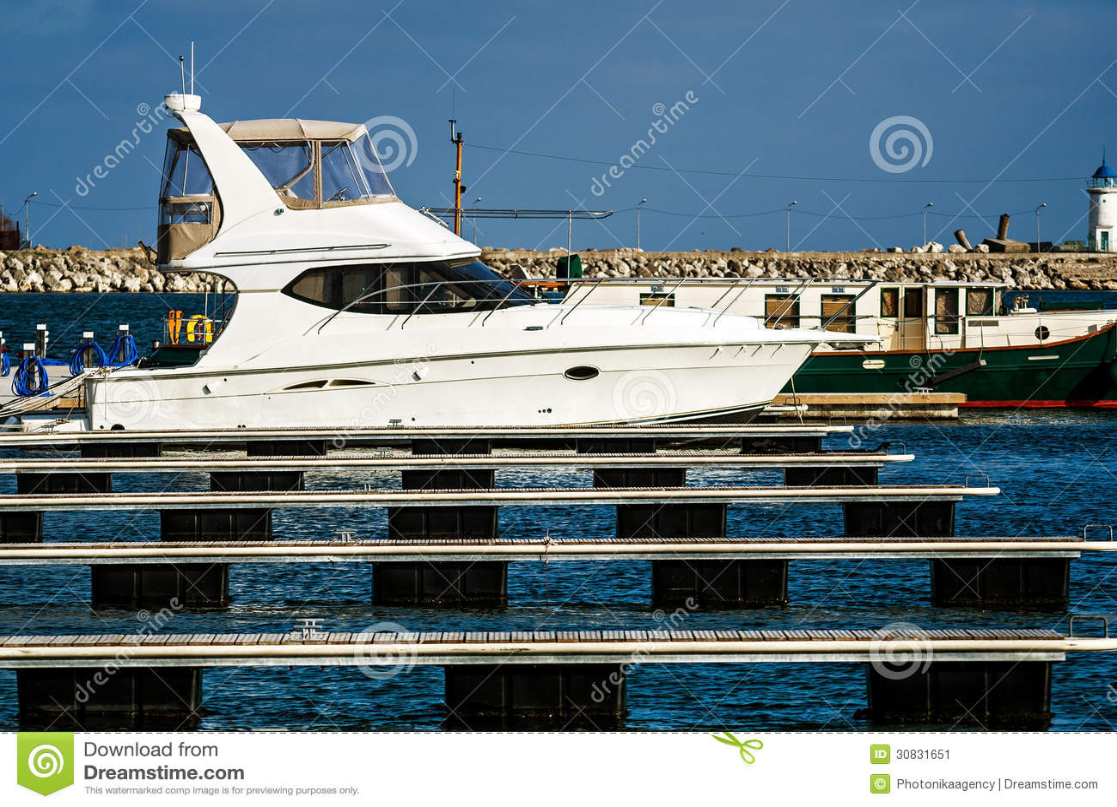 Barca bianca messa in bacino in porto marittimo