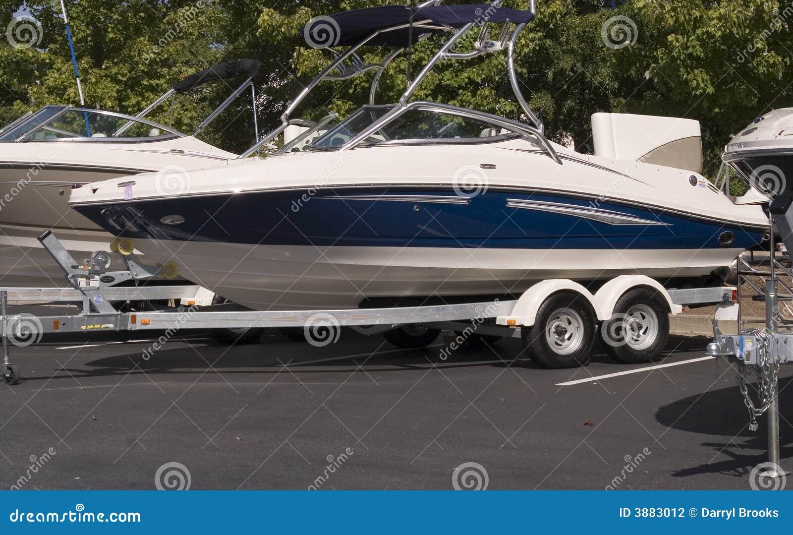 Barca blu e bianca sul rimorchio