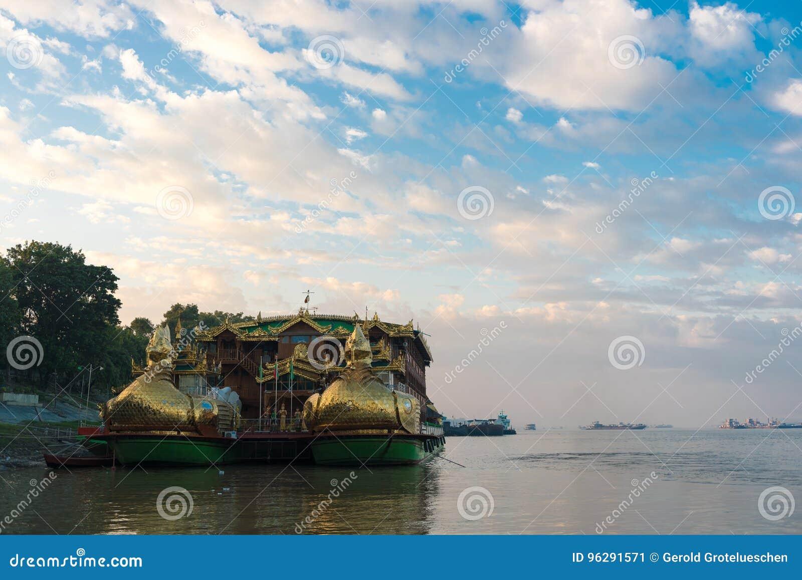 Barca buddista sul fiume di Irrawaddy in Bagan, Myanmar Copi lo spazio per testo