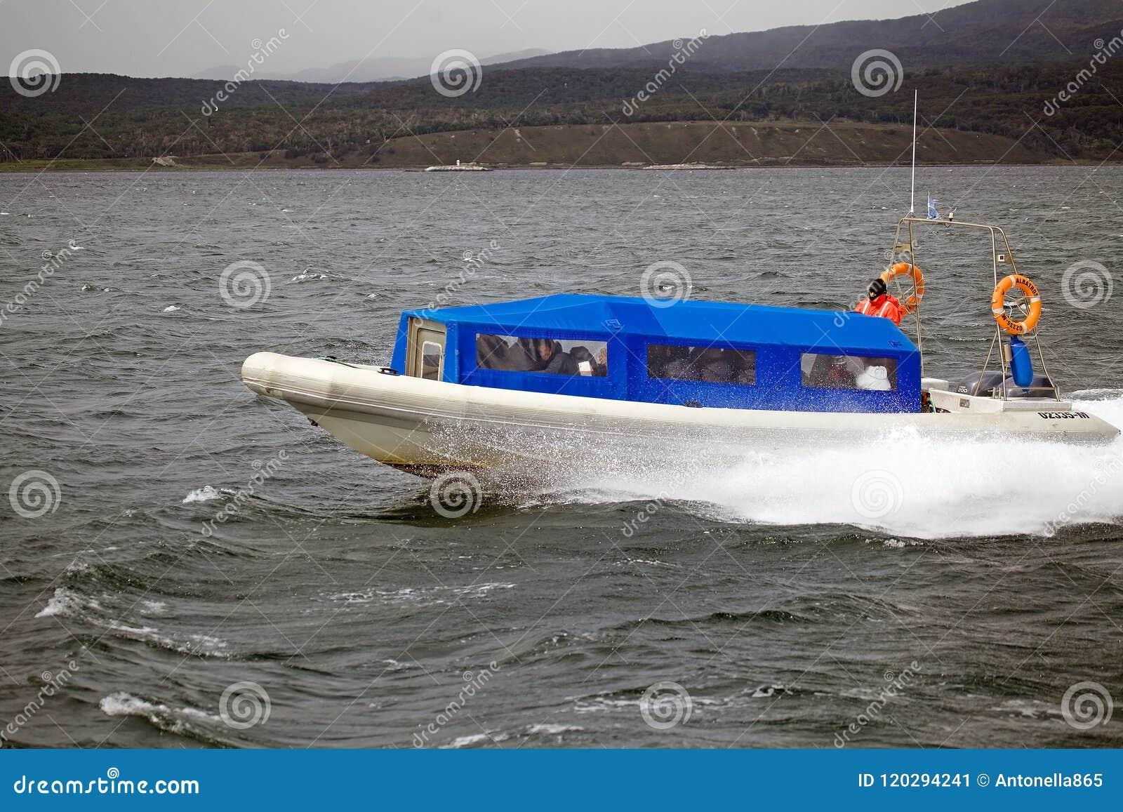 Barca con i turisti in Manica del cane da lepre, Argentina di velocità