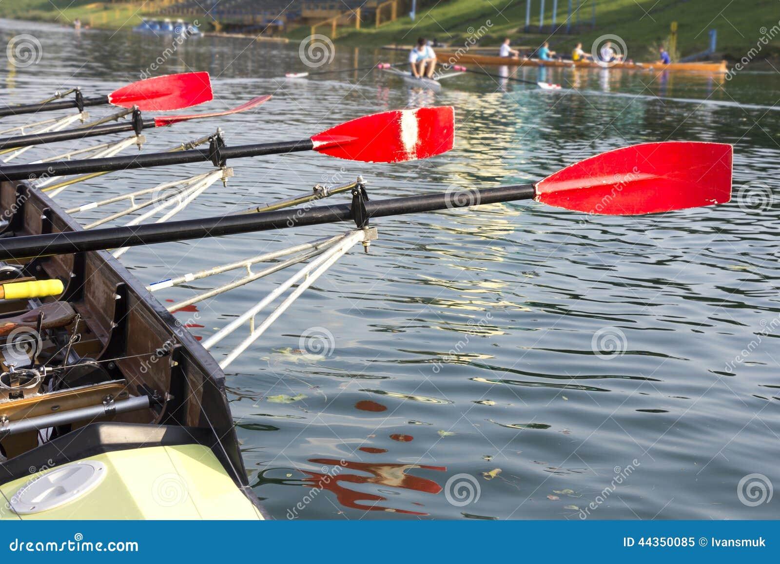 Barca con una pagaia rossa