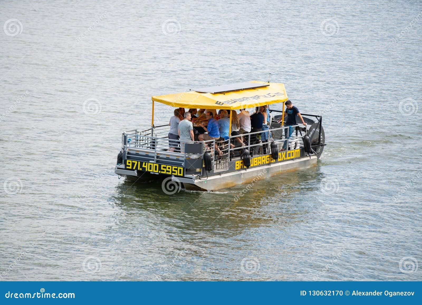 Barca da cerveja no rio