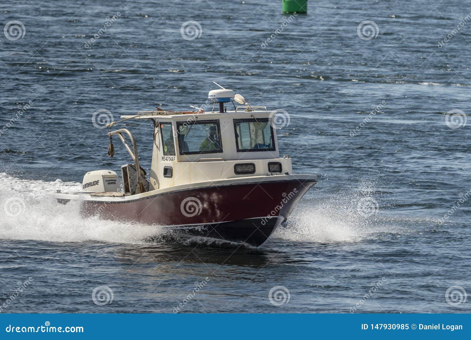 Barca dell aragosta che gira di nuovo al porto