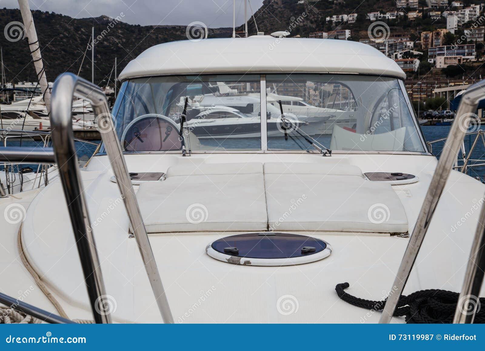 Barca dettagliatamente in un porto