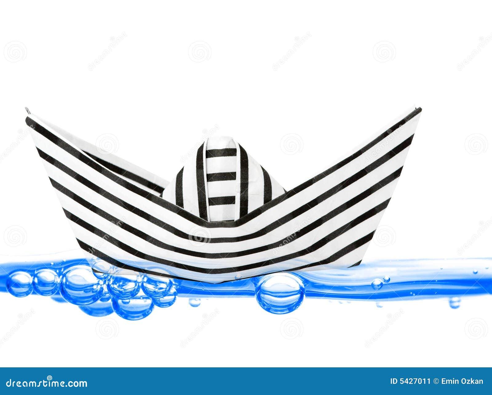 Barca di carta su acqua