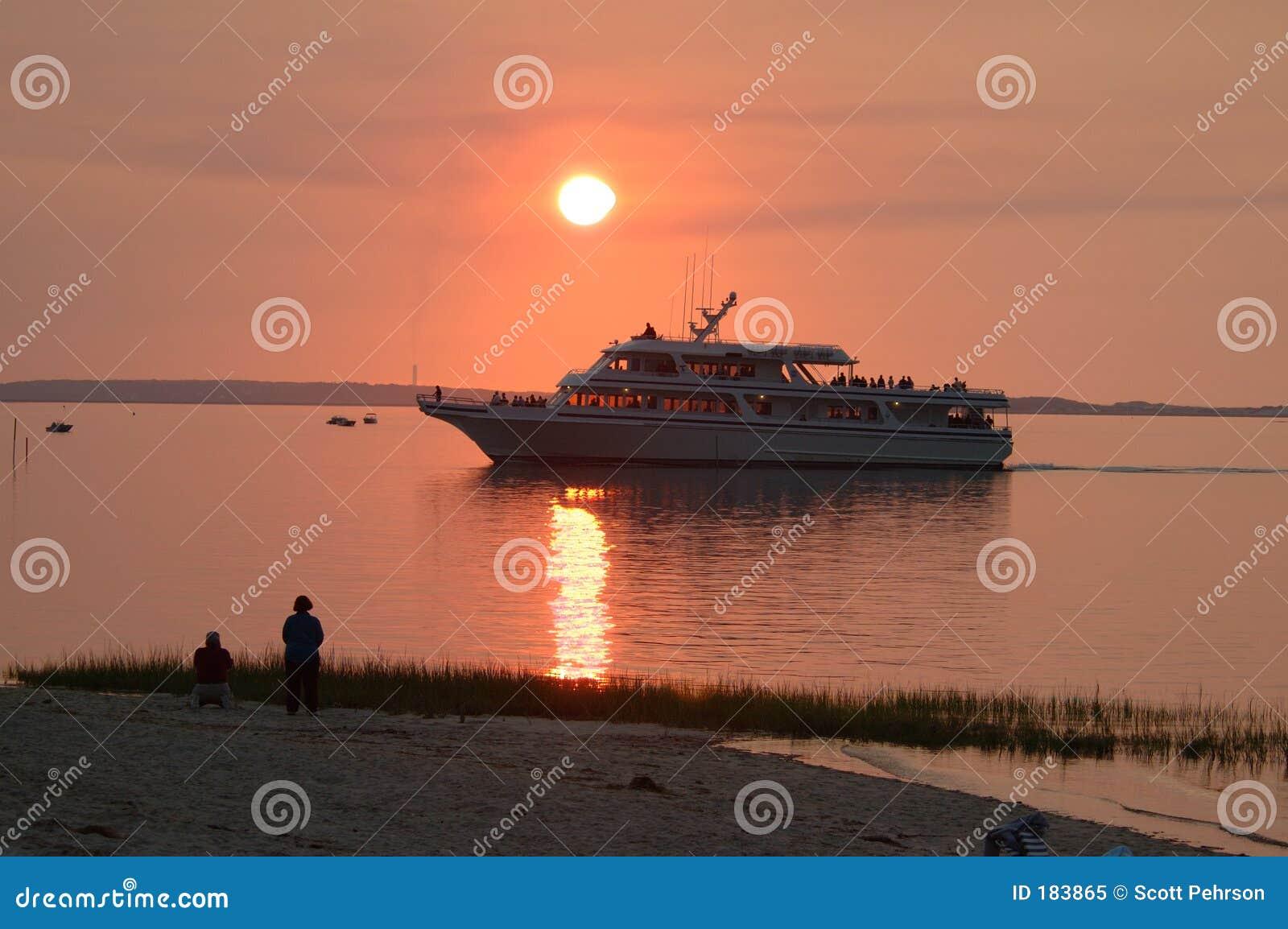 Barca di crociera al tramonto