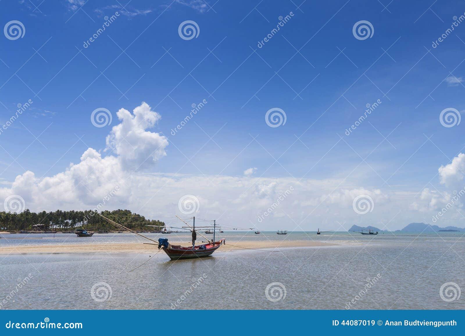 Barca di Longtail e bella spiaggia KOH Tao, Tailandia
