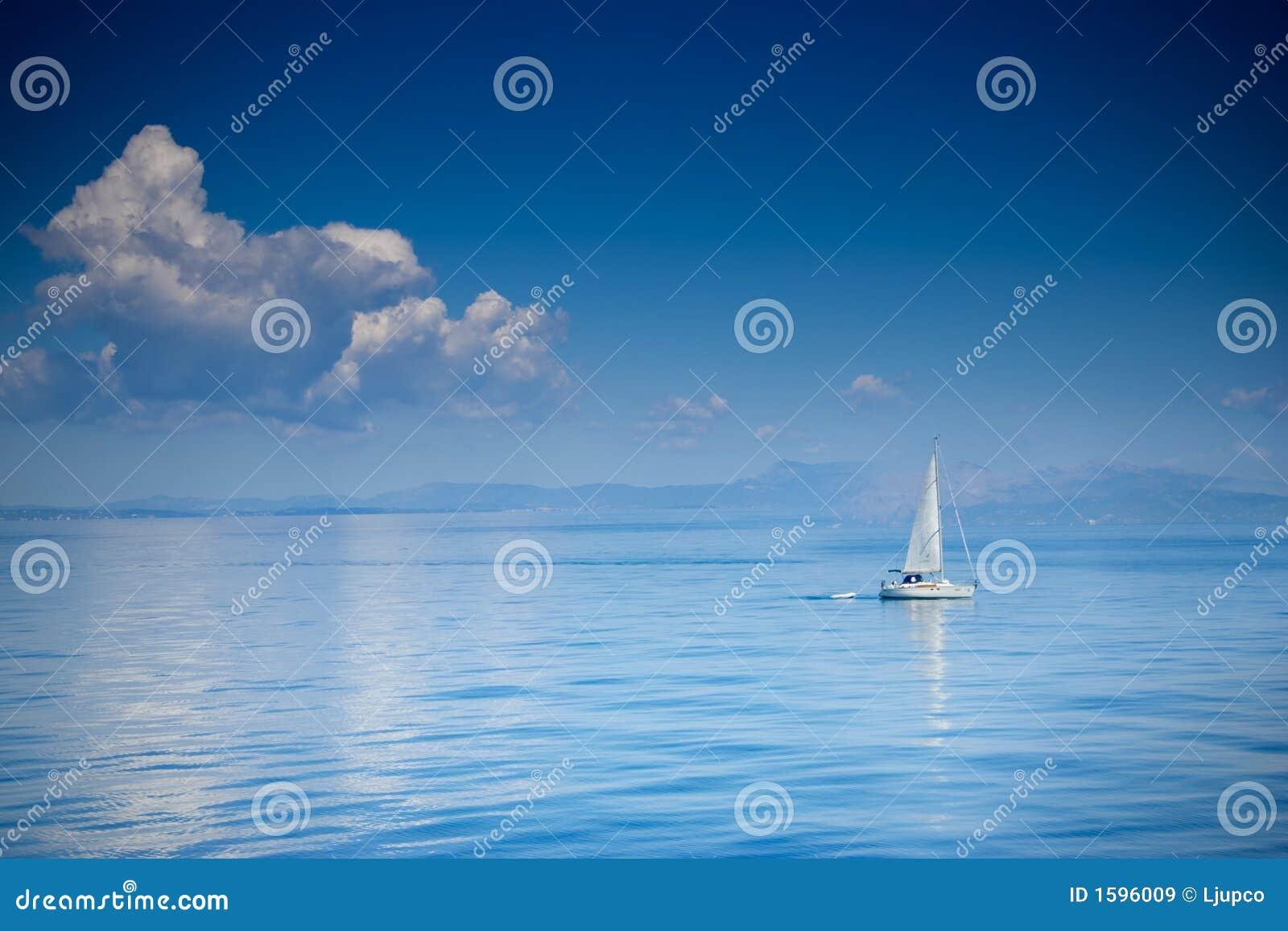 Barca di navigazione ad un mare aperto