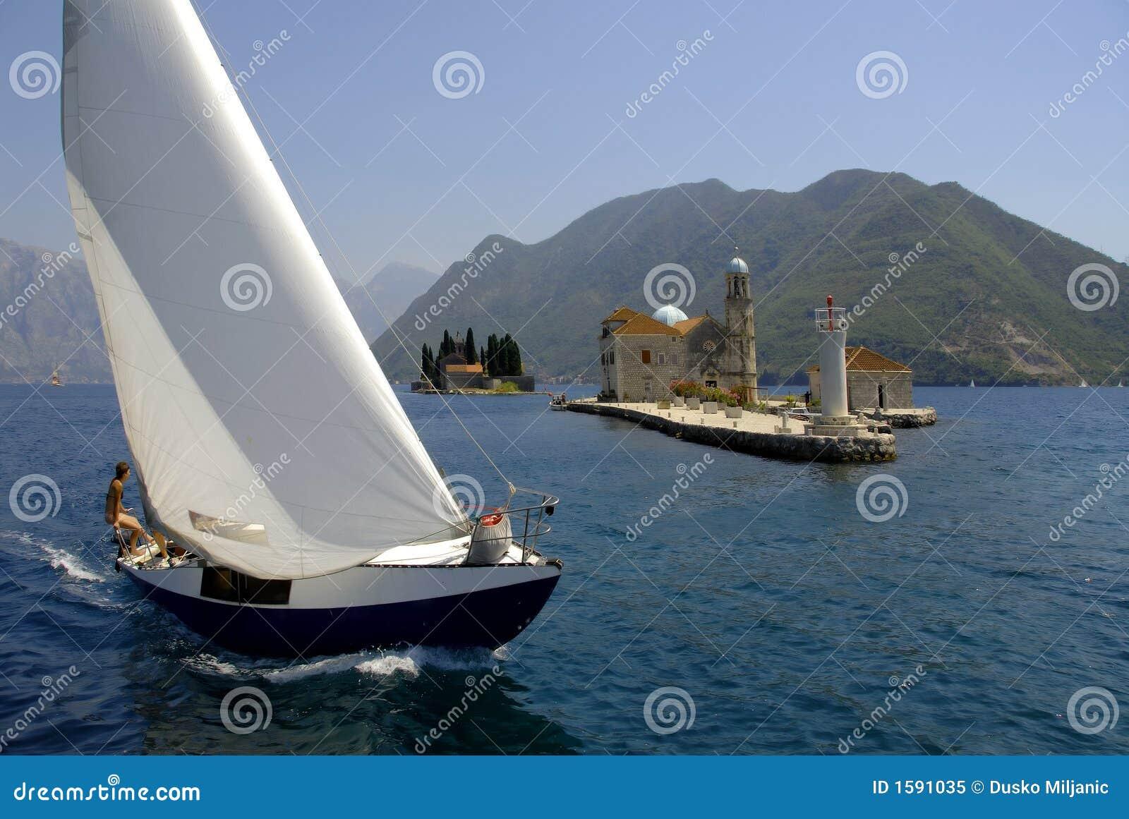 Barca di Regatta nella baia di Kotor