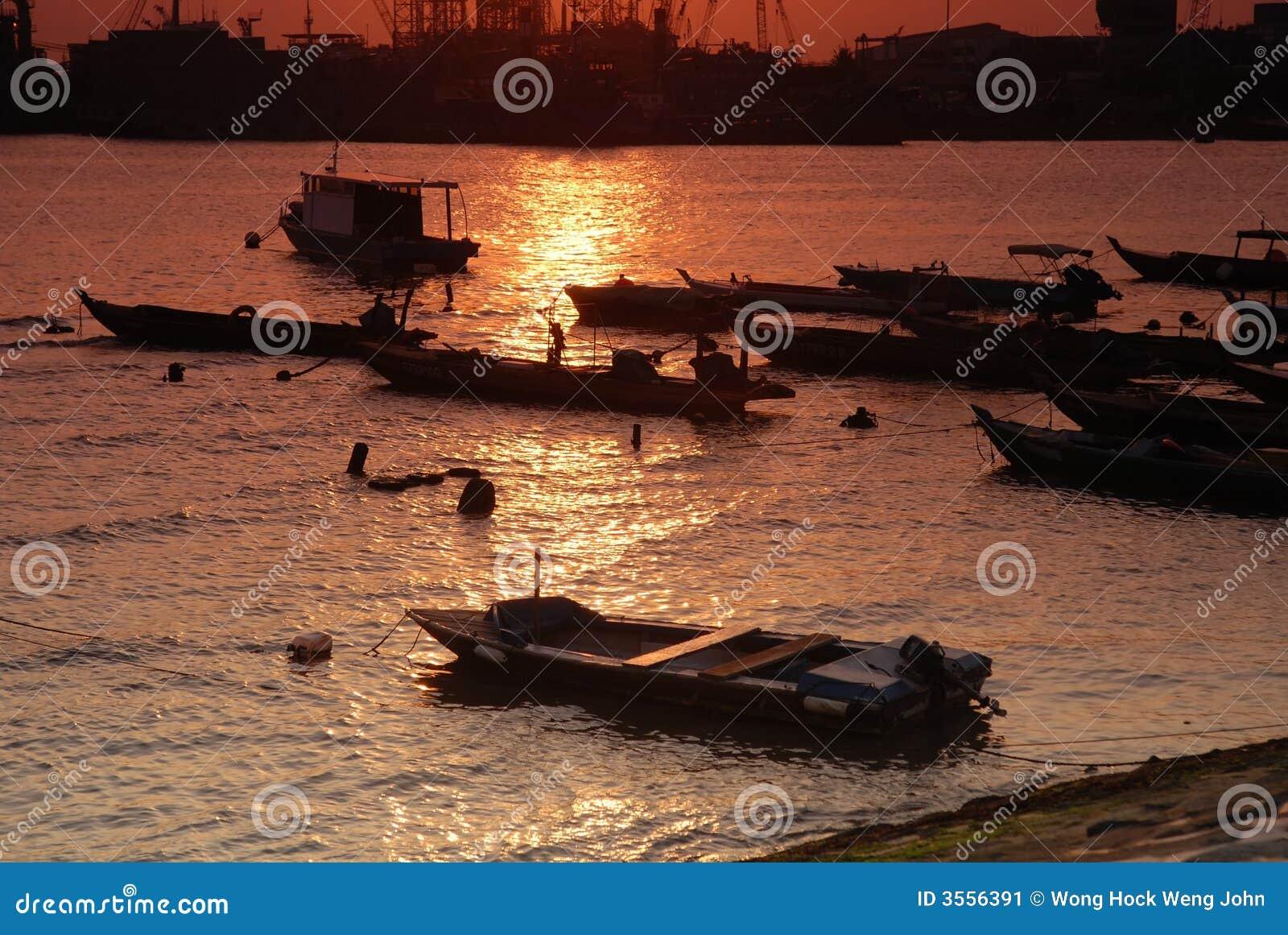 Barca e tramonto alla spiaggia