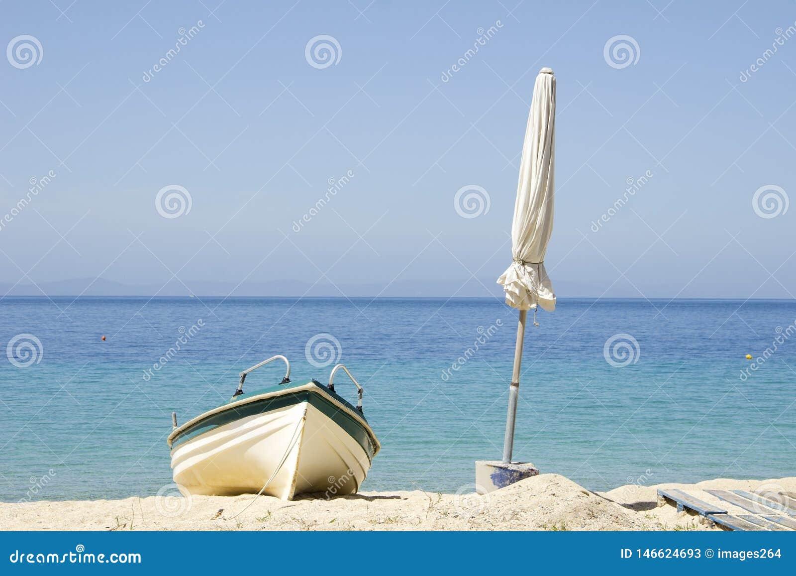 Barca ed ombrello bianco