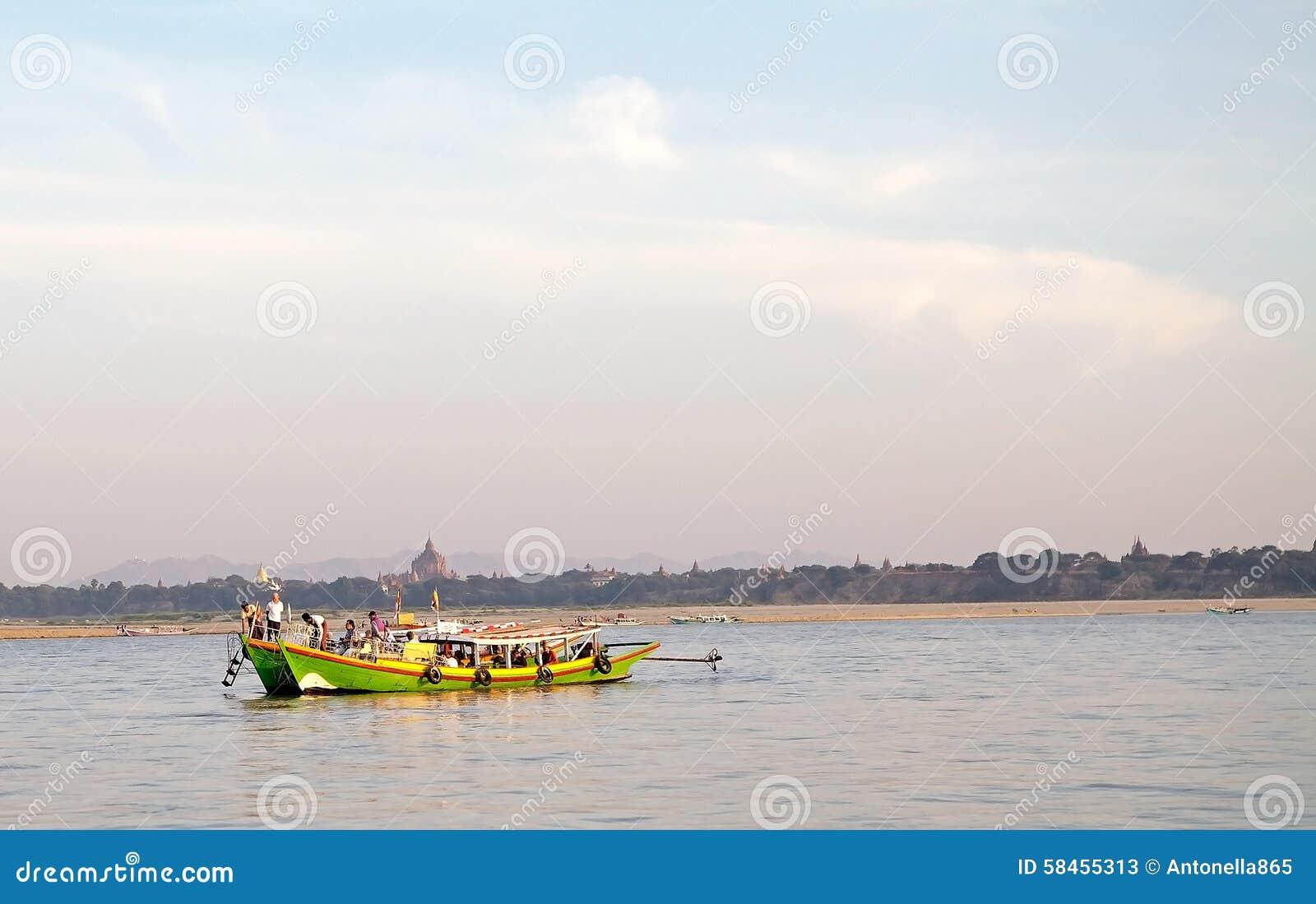 Barca lungo il fiume di Irrawaddy in Bagan, Myanmar