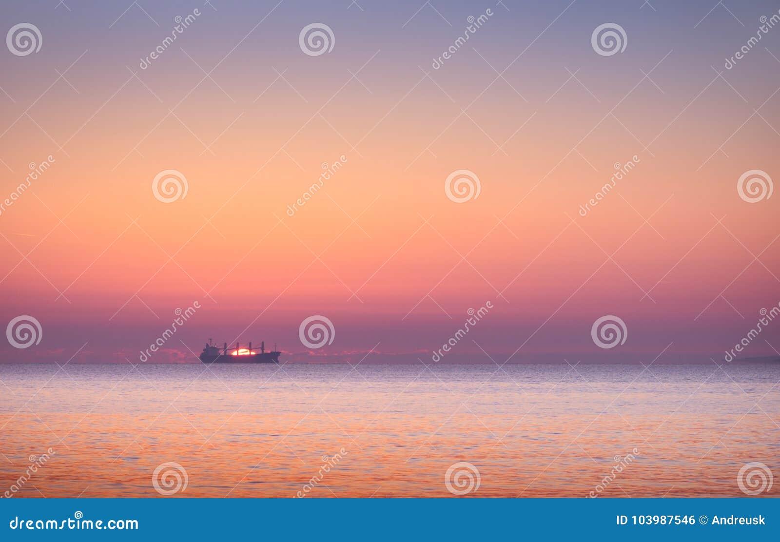 Barca nel mare al tramonto