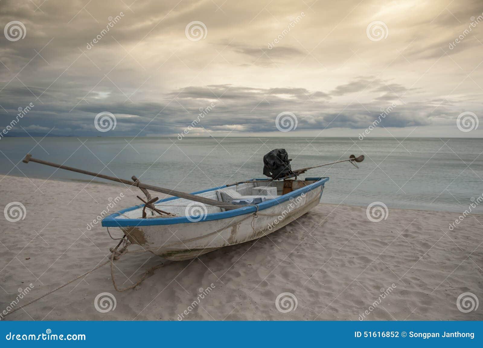 Barca nel mare tropicale thailand