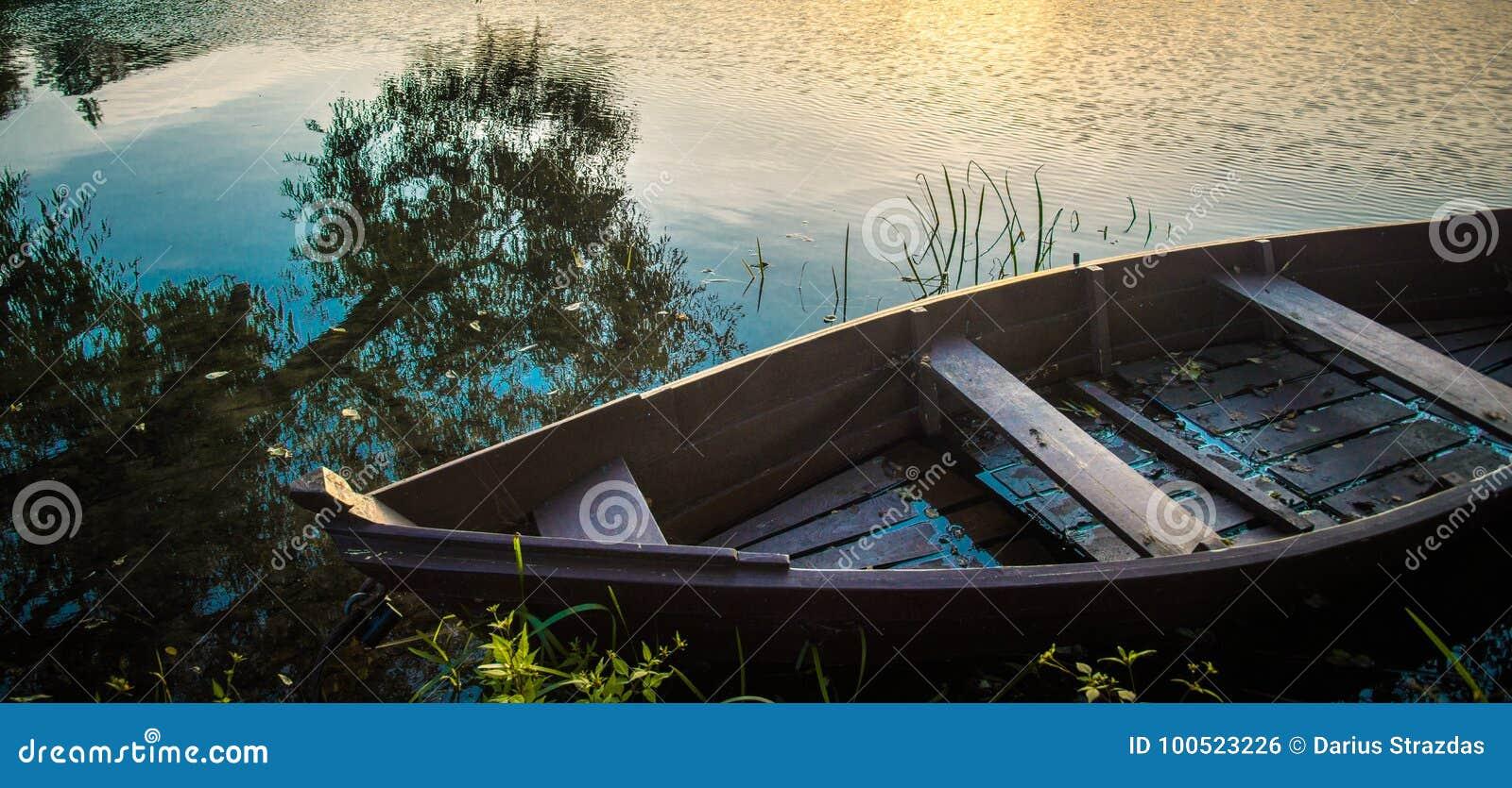 Barca nella fine del lago su
