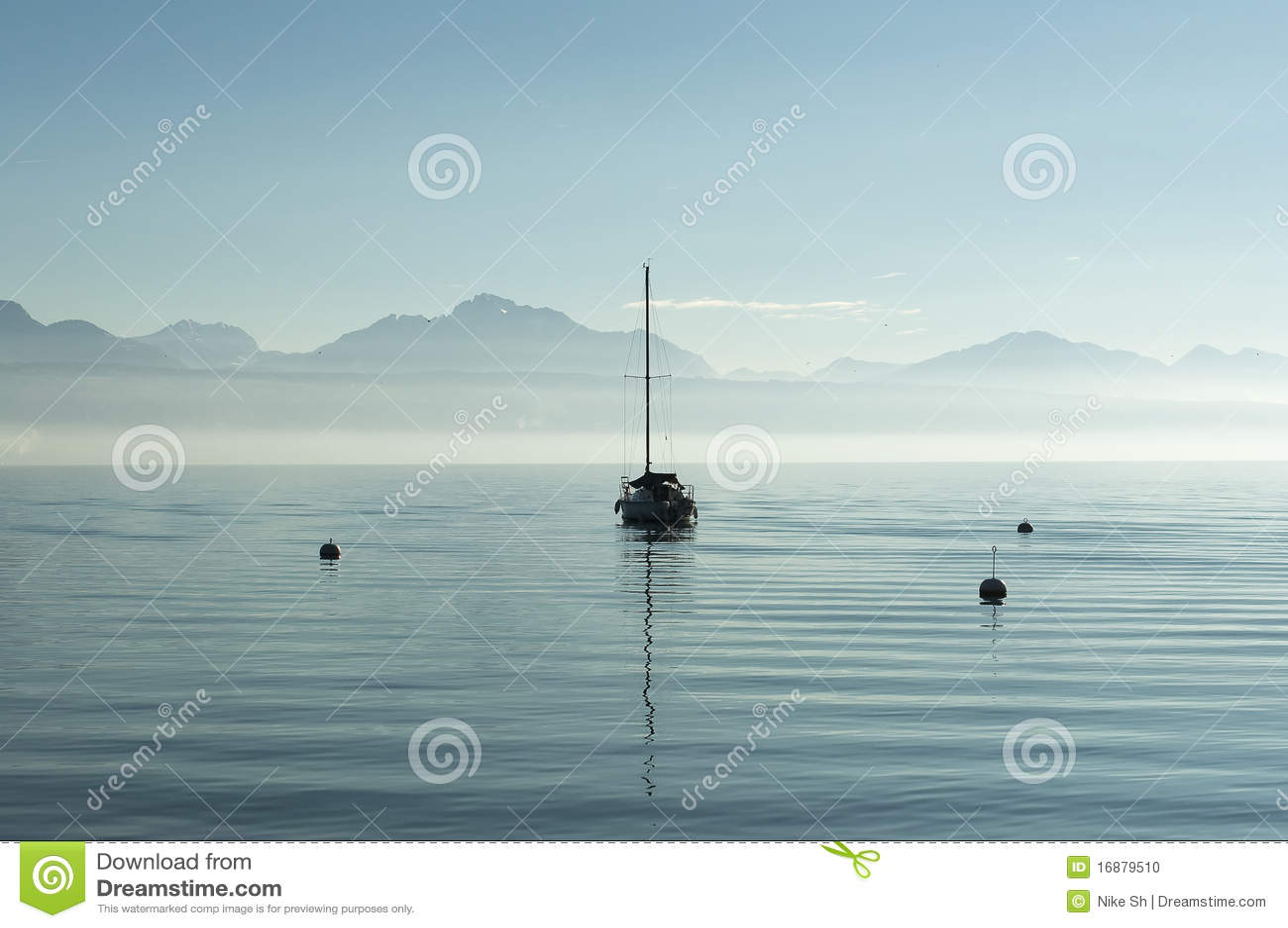 Barca sola in un lago