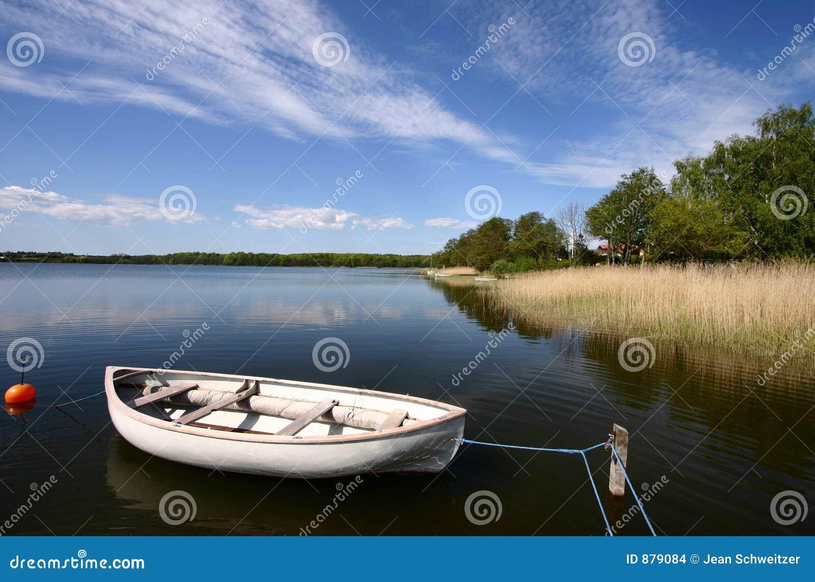Barca su un lago
