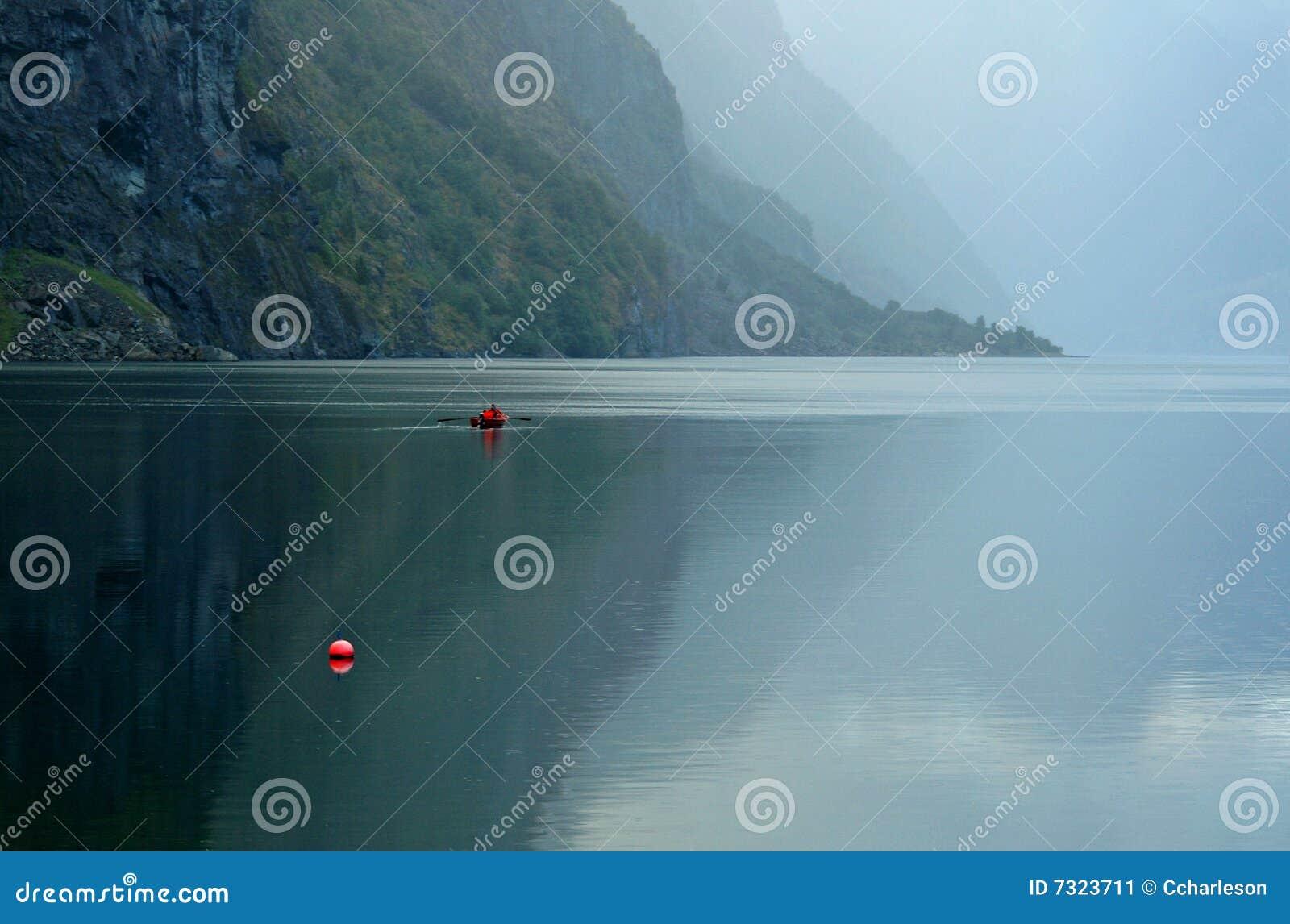 Barca sul fiordo nella foschia