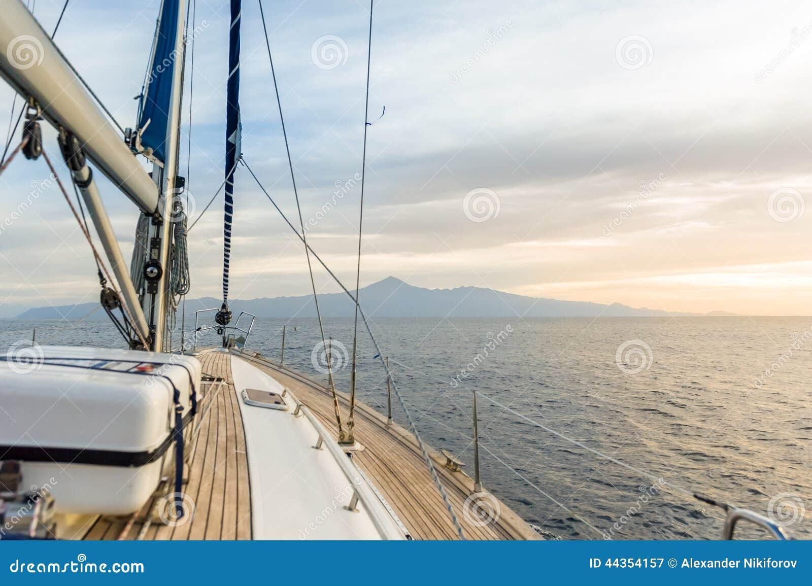 Barca a vela nell ambito di potere in mari calmi