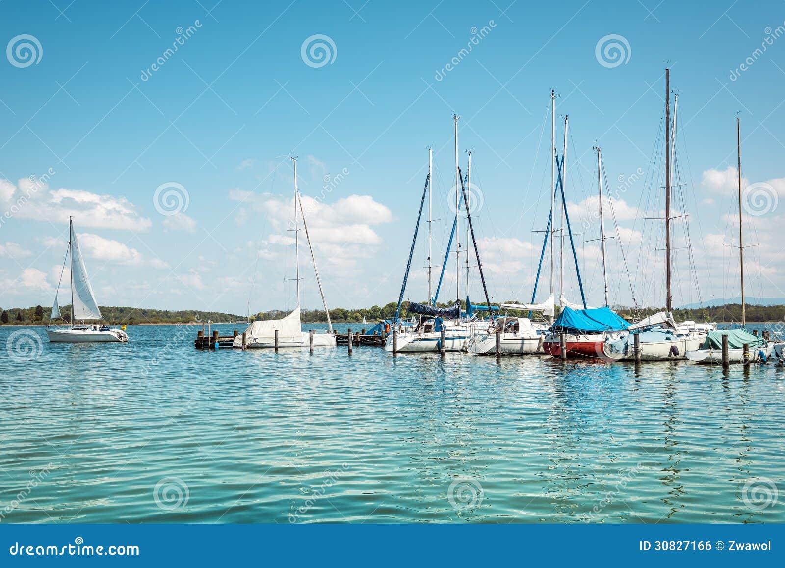 Barca a vela sul lago