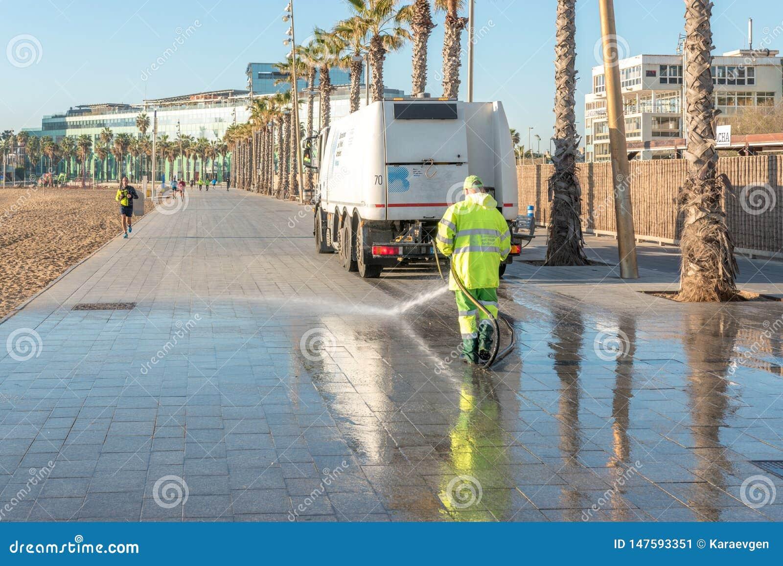 BARCELLONA, SPAGNA - 17 marzo 2019: Pulizia bagnata della via con acqua pressurizzata
