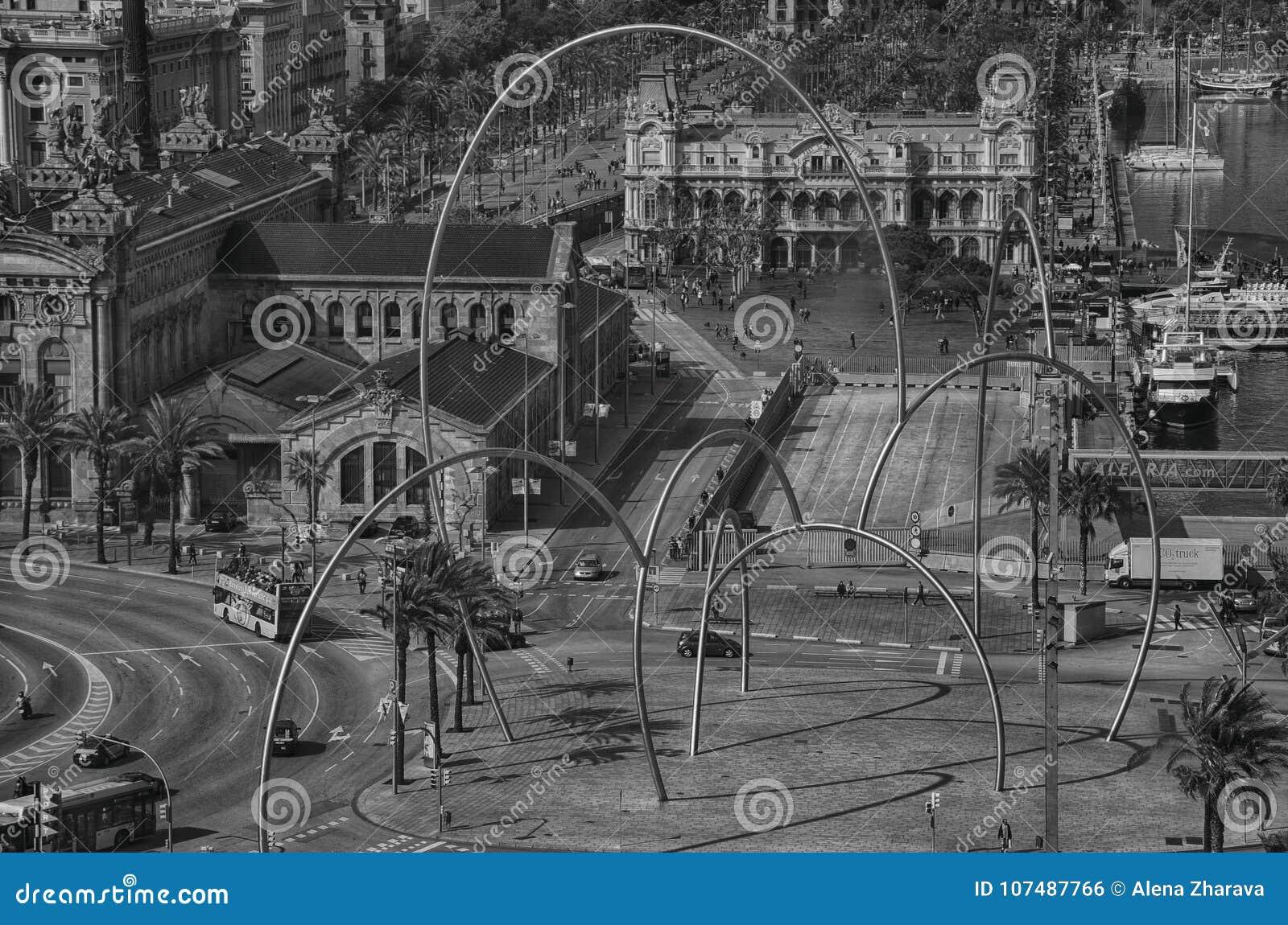 BARCELONA, ESPANHA, pode: Ideia da arquitetura da cidade do quadrado Placa de les Drassanes de Drassanes em Barcelona, Espanha