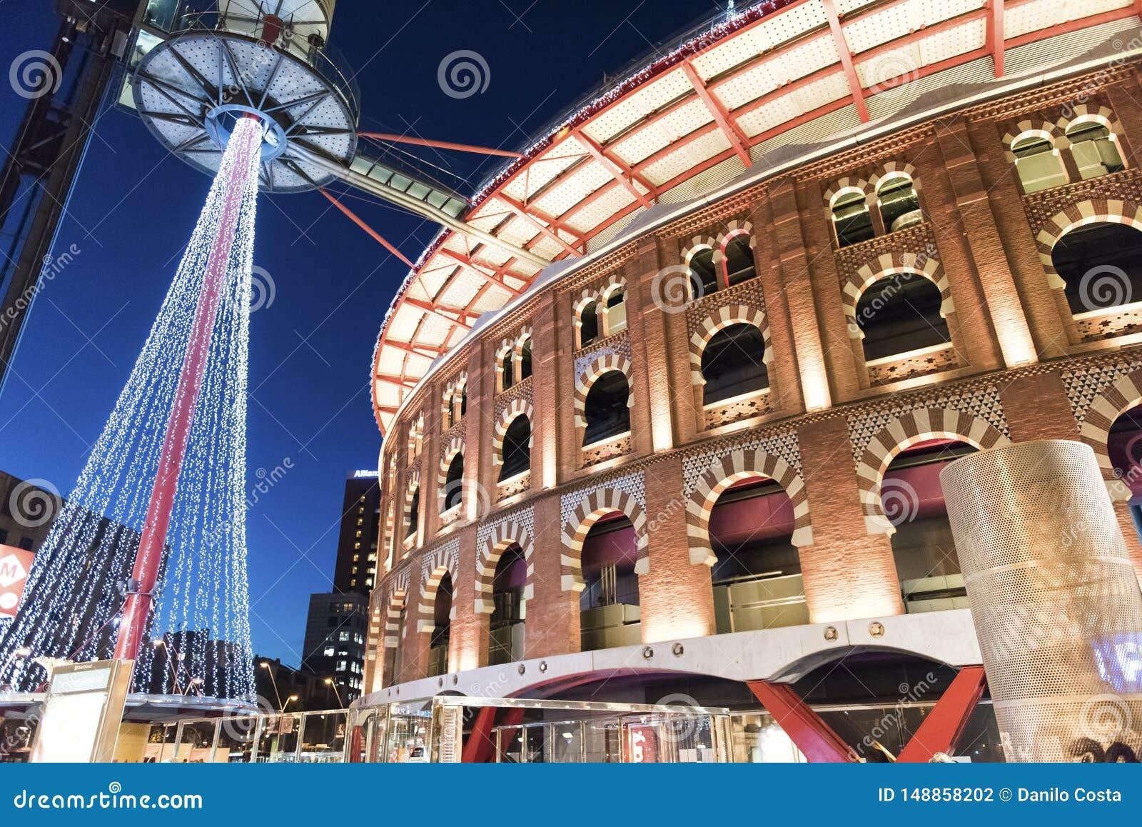 Barcelona Hiszpania, plenerowy centrum handlowe, wieczór