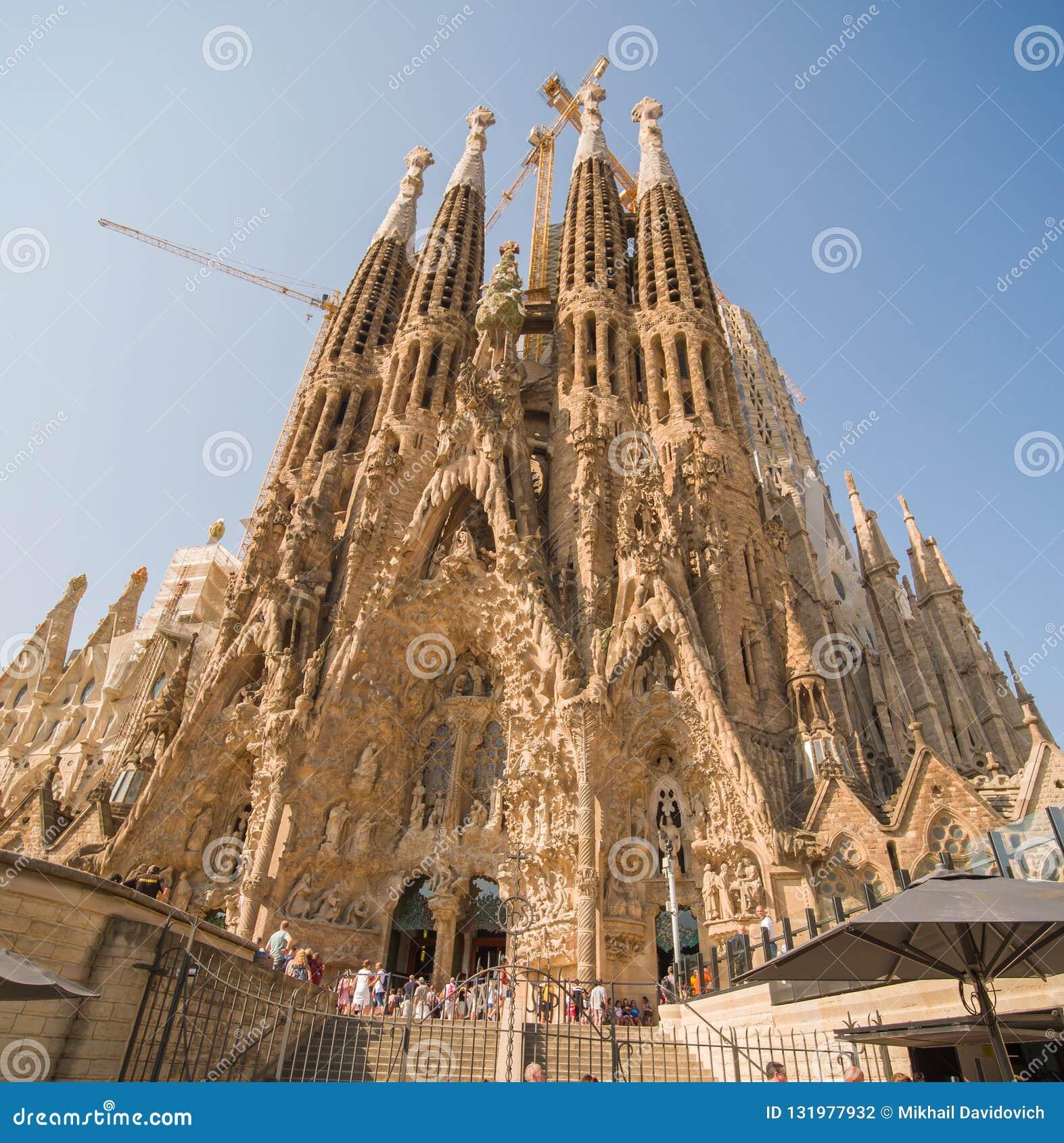 Barcelona Hiszpania, Sierpień, - 5, 2018: Sagrada Familia w hiszpańskim Widok wysoki góruje w budowie