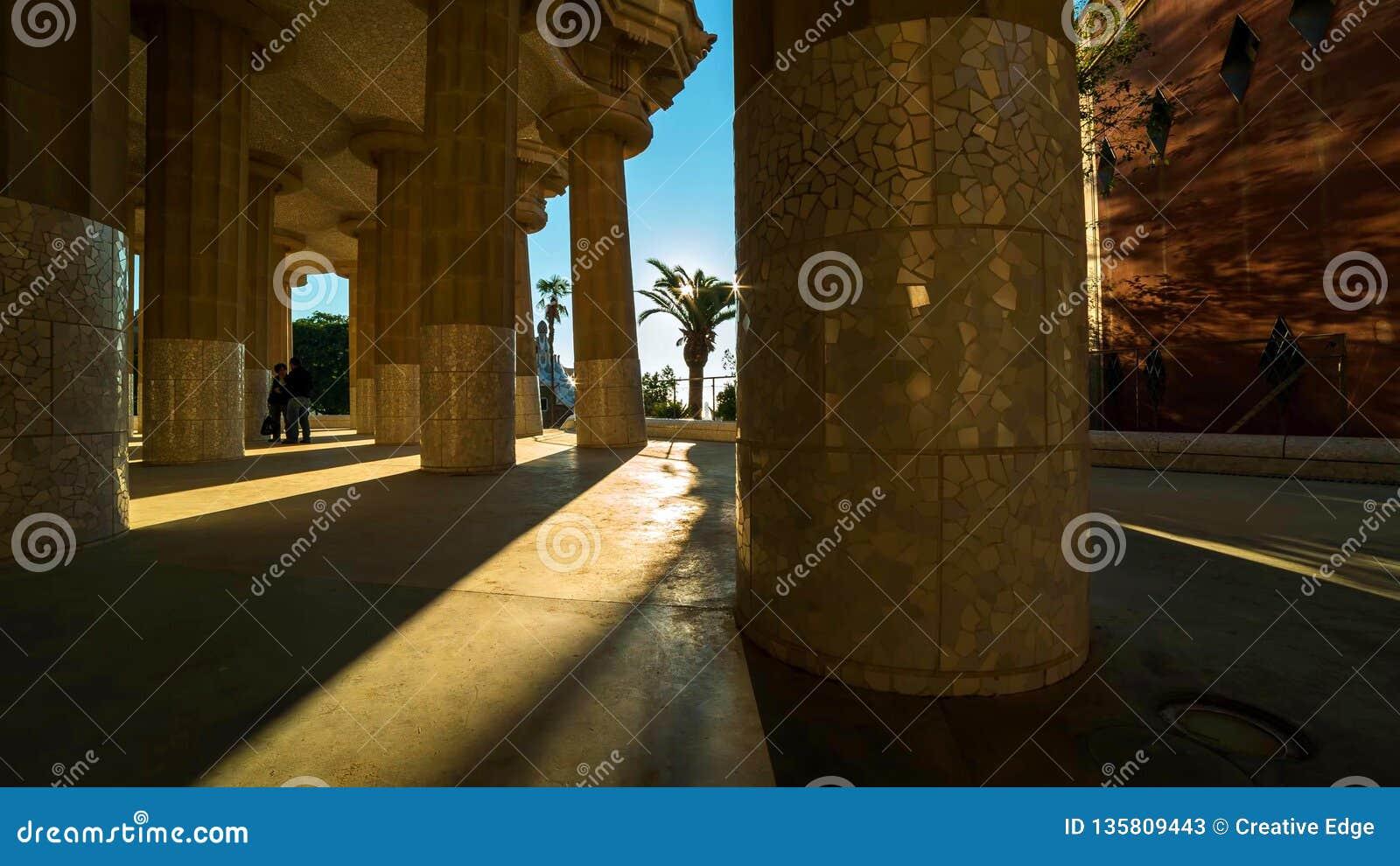 Barcelona jest kapitałowym i wielkim miastem Catalonia, zarówno jak i drugi - najwięcej ludnego zarząd miasta Hiszpania