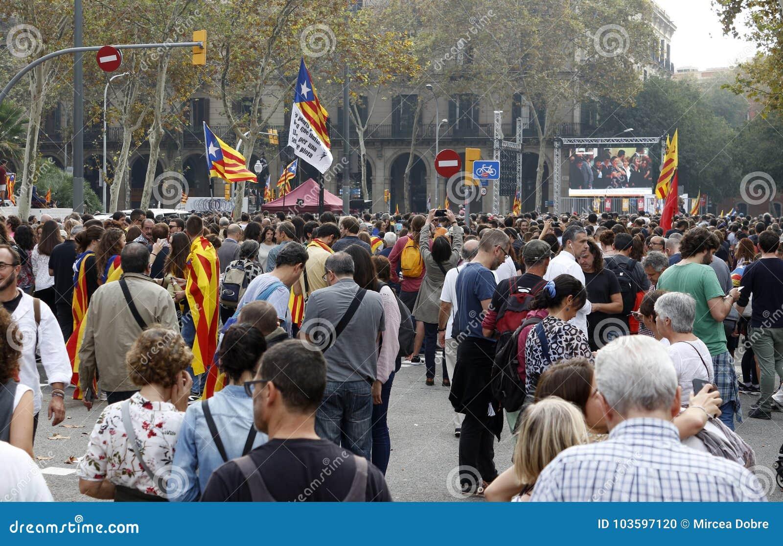 Barcelona, Katalonien, Spanien, am 27. Oktober 2017: Leute feiern Abstimmung, um Unabhängigkeit von Catalunya nahe Parc Ciutadell