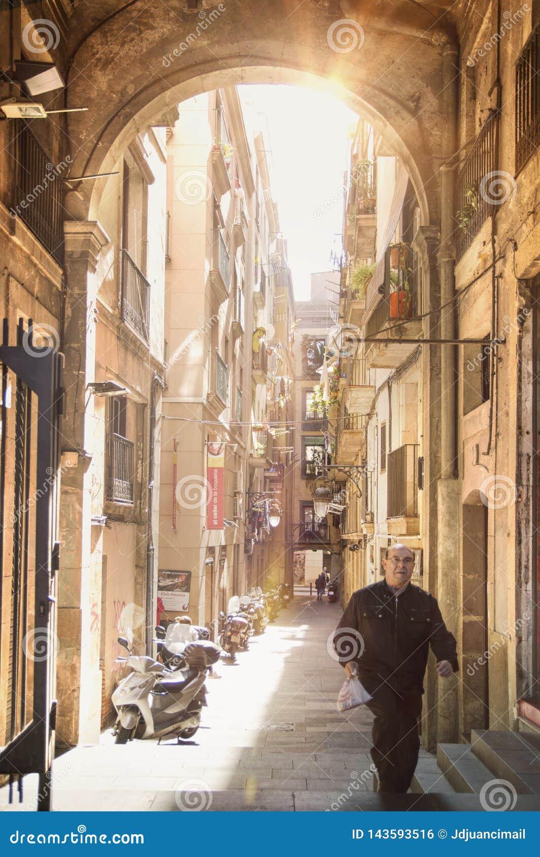BARCELONA, 31 MAART: Labyrinthine smalle straat in het oude stads Gotische Kwart in Barcelona