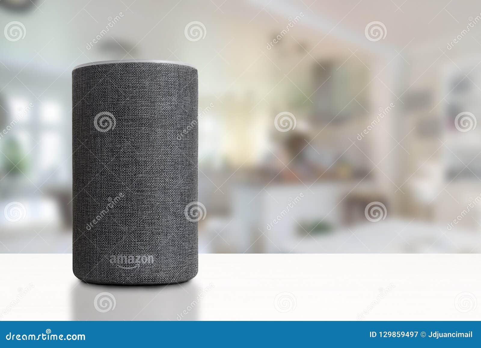 BARCELONA - OKTOBER 2018: De Dienst van Amazonië Echo Smart Home Alexa Voice in een woonkamer