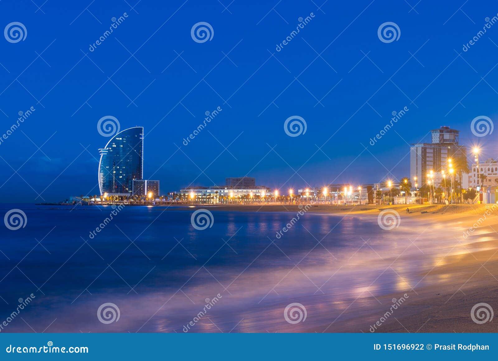 Barcelona pla?a w lato nocy wzd?u? nadmorski w Barcelona, Hiszpania Morze ?r?dziemnomorskie w Hiszpania