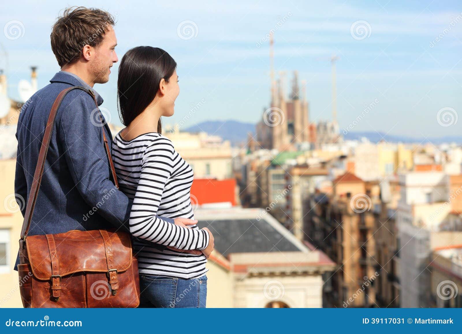 Barcelona - romantisch paar die stadsmening bekijken