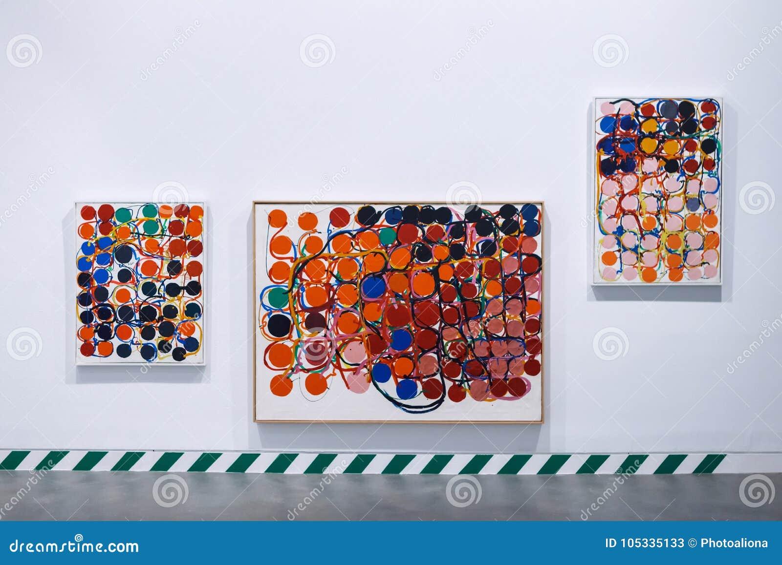 Barcelona Spanien - April 21, 2016: Exhibiton av abstrakt konst i det Antoni Tapies fundamentet i Aragon