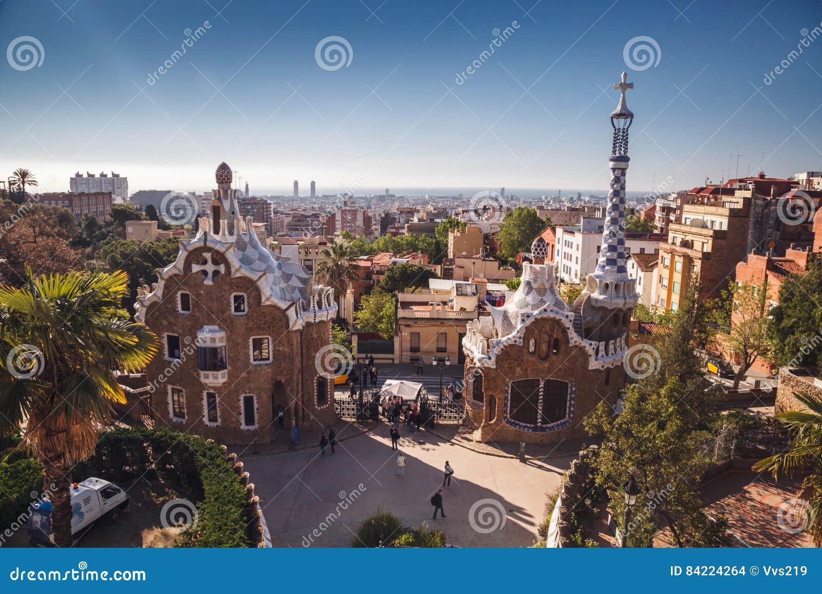 BARCELONA SPANIEN - APRIL 23, 2016: Parkera Guell av arkitekten Anton