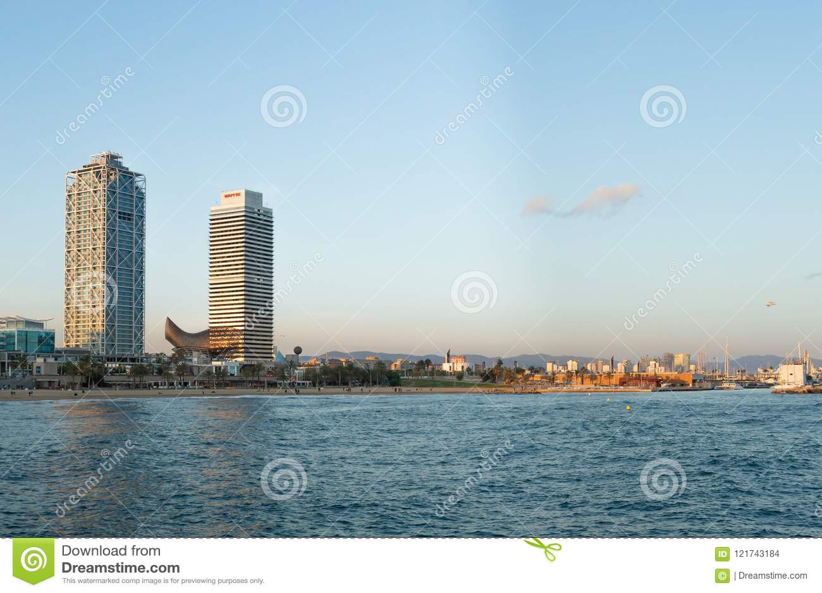 Barcelona, Spanien, im Oktober 2016: Strandpanorama vom Mittelmeer