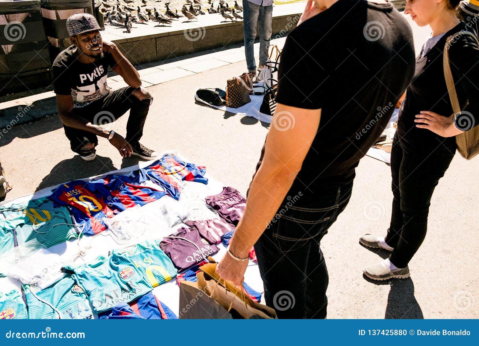 Barcelona, Spanien - 20. September 2018: afrikanischer Straßenhändler, wissen wie