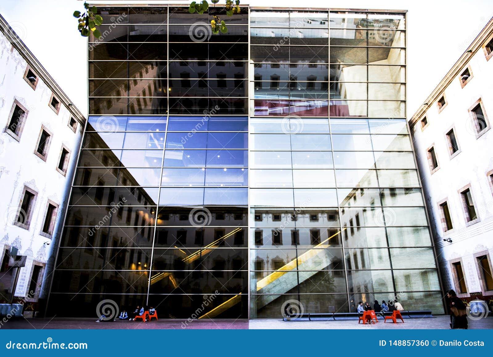 Barcelona Spanien som bygger med spegelförsett exponeringsglas