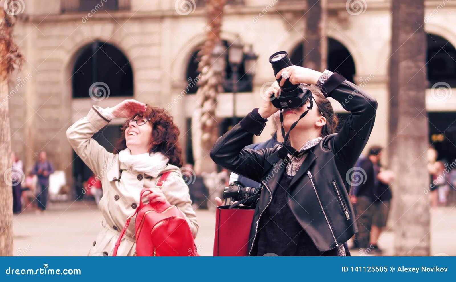 BARCELONA, SPANJE - APRIL, 16, 2017 Vrouwenfotograaf die oriëntatiepuntfoto s met haar camera van Nikon maken DSLR