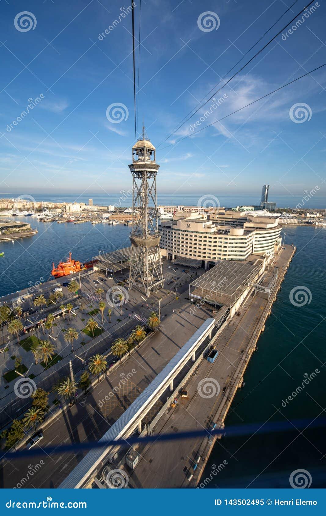 Barcelona, Spanje - December 4, 2019: Kabelwagentorens in Barcelona dat van de kabelwagen op avondlicht wordt gevangen