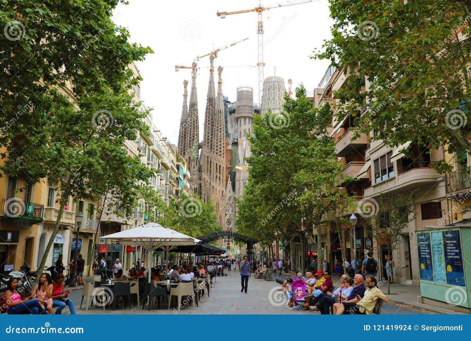 BARCELONA, SPANJE - JULI 13, 2018: Sagrada Familia mening van de straat van Avinguda DE GaudÃ, Barcelona, Spanje