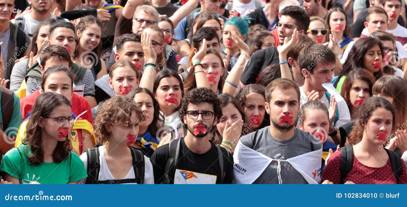 Barcelona uczni demonstracja dla niezależności dźwigania ręk