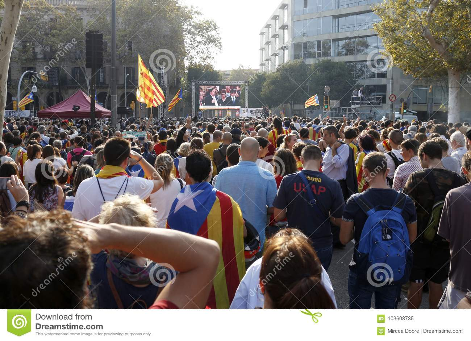 Barcelone, Catalogne, Espagne, le 27 octobre 2017 : les gens célèbrent le vote pour déclarer l indépendance de Catalunya près de