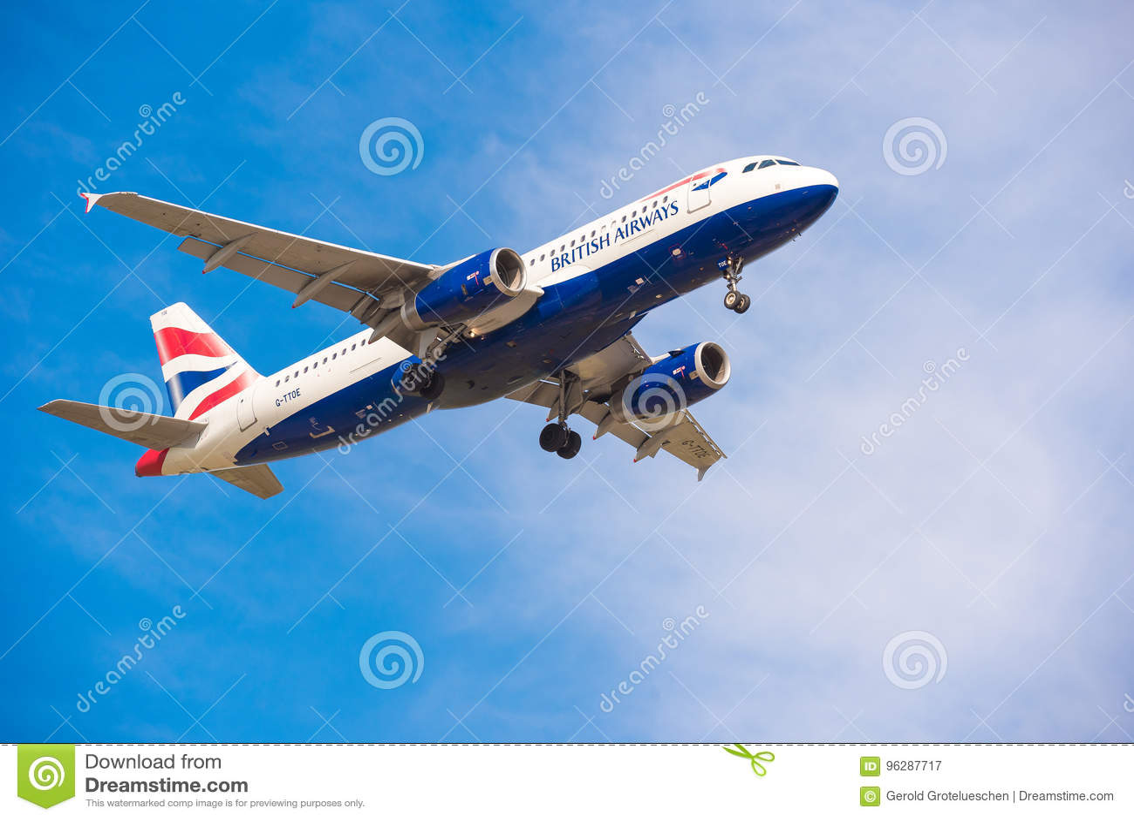 BARCELONE, ESPAGNE - 20 AOÛT 2016 : British Airways surfacent dans le ciel bleu Copiez l espace pour le texte