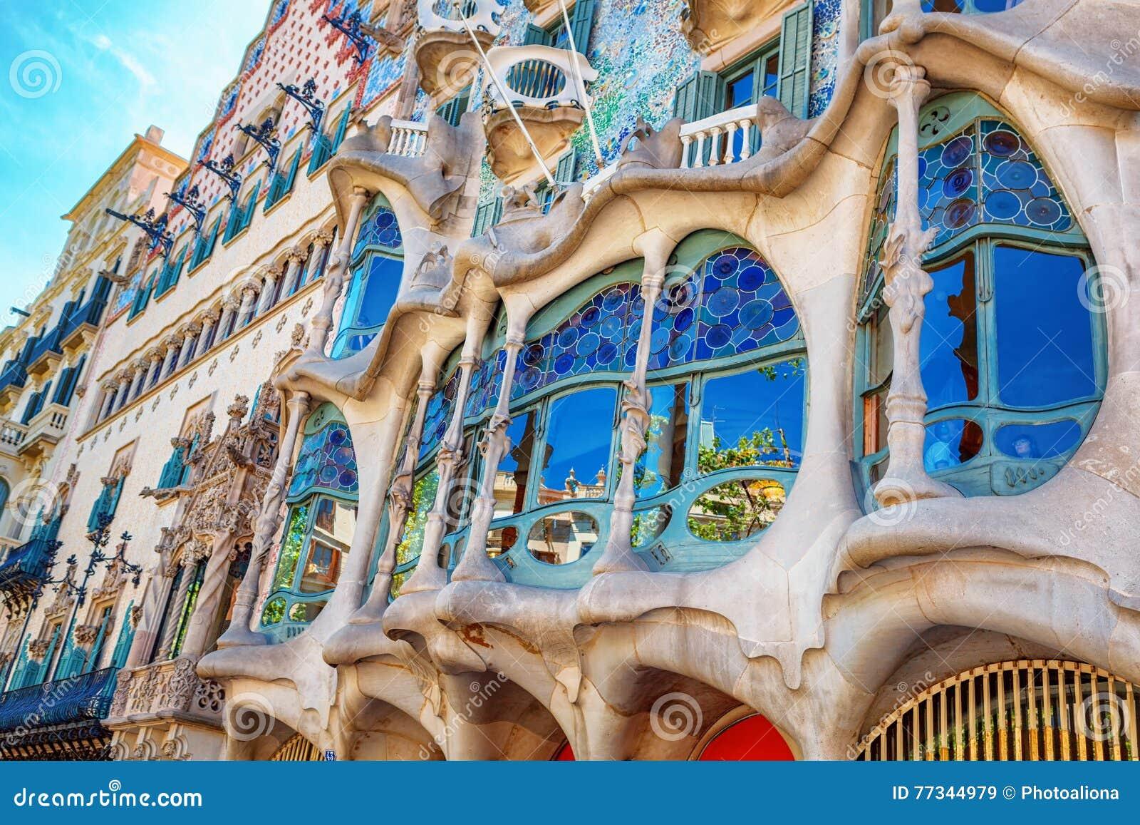 Barcelone, Espagne - 17 avril 2016 : La maison Battlo de façade ou la maison des os a conçu par Antoni Gaudi