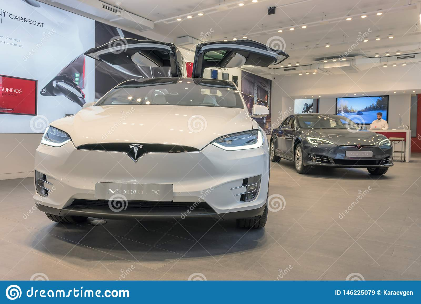 Barcelone, Espagne - 14 mars 2019 : Magasin de voitures de Tesla pr?s de rue de luxe d achats de Passeig de Gracia avec le model