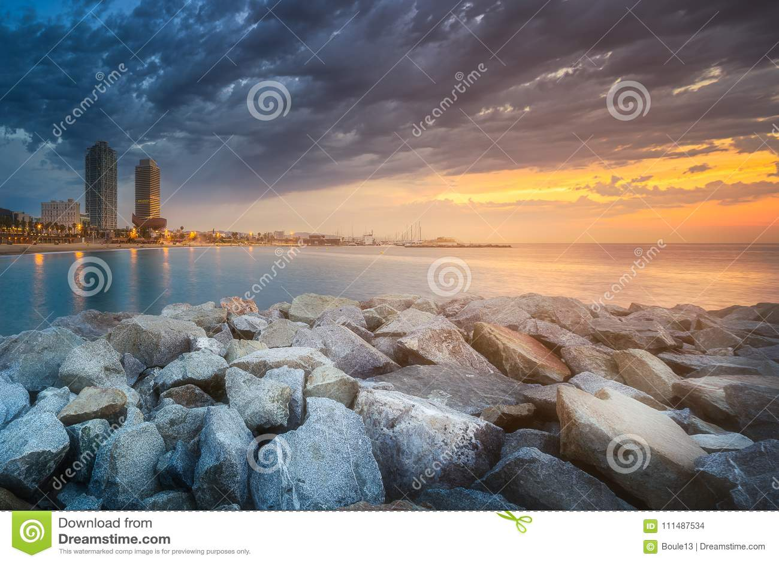Barceloneta海滩在日出的巴塞罗那,西班牙