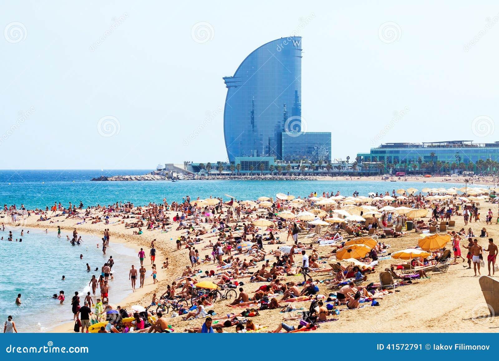 Barceloneta Strand Gegen Hotel W Barcelona Im Sommer Redaktionelles Foto Bild 41572791