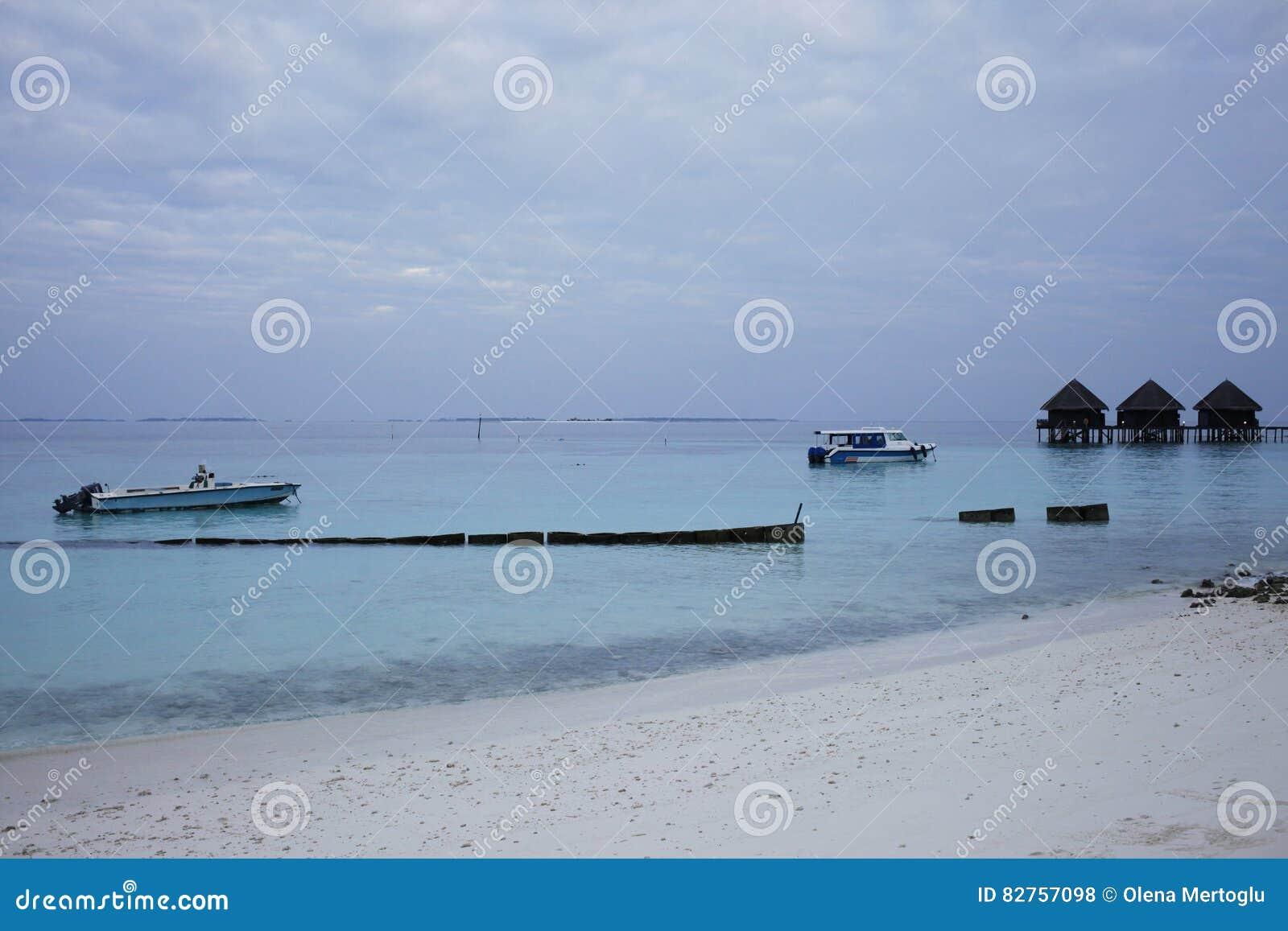Barche Ad Una Spiaggia Della Località Di Soggiorno Alle Maldive ...